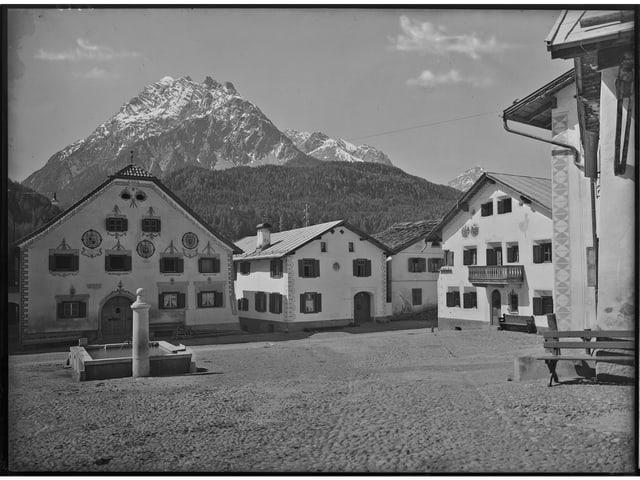 Fotografia alv e nair da la plazza Bügl grond a Scuol