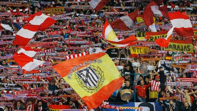 Eine Tribüne mit spanischen Flaggen.