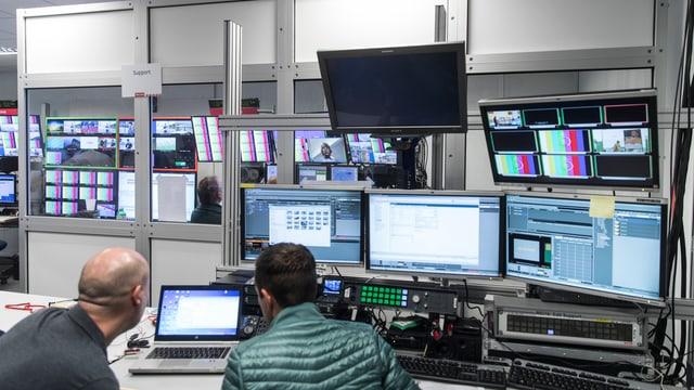 Center da producziun da televisiun cun visurs e computers.