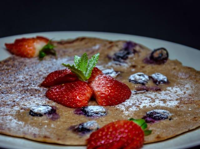 Ein Pfannkuchen mit Erdbeeren und Heidelbeeren.
