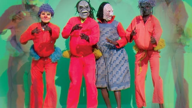 Tänzer und Musiker in bunten Kostümen