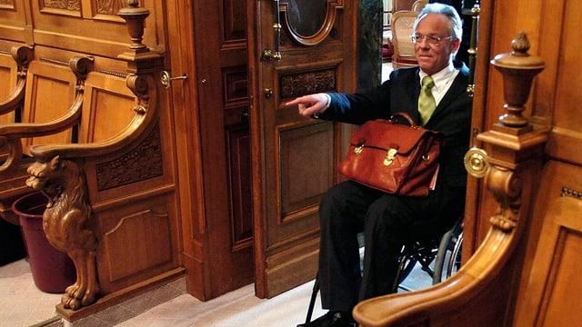 Der alt Nationalrat Marc F. Suter im Eingang des Nationalratssaals