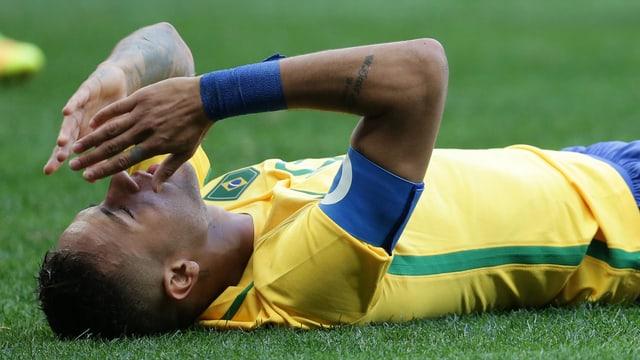 Brasiliens Neymar liegt am Boden.