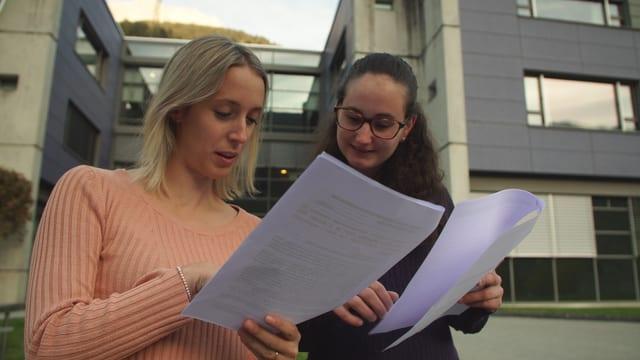 Allesandra Della Cà e Raffaela Solèr cun lur petiziun