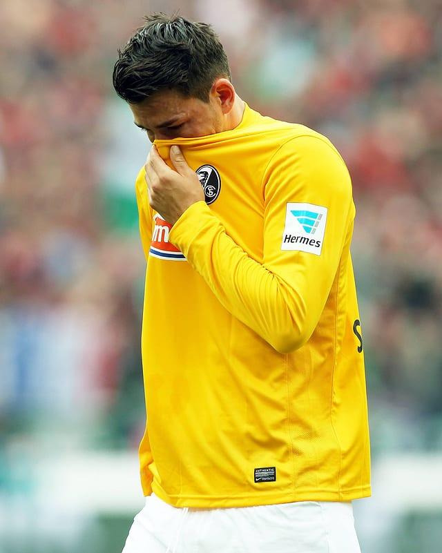 Roman Bürki versteckt sein Gesicht im Trikot.