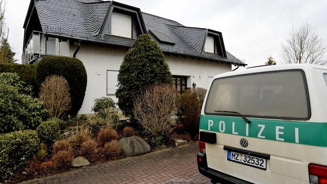 Haus mit Polizeiauto