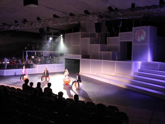 Die Bühne des Musicals Verona 3000 - ganz in Weiss gehalten.