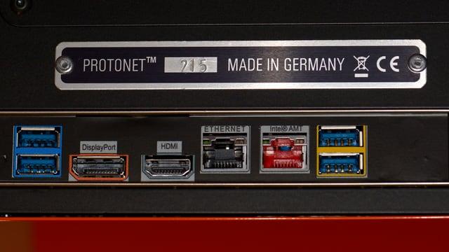 Eine Plakette auf einem elektronischen Gerät: «Protonet Made in Germany» und das EU-Prüfzeichen.