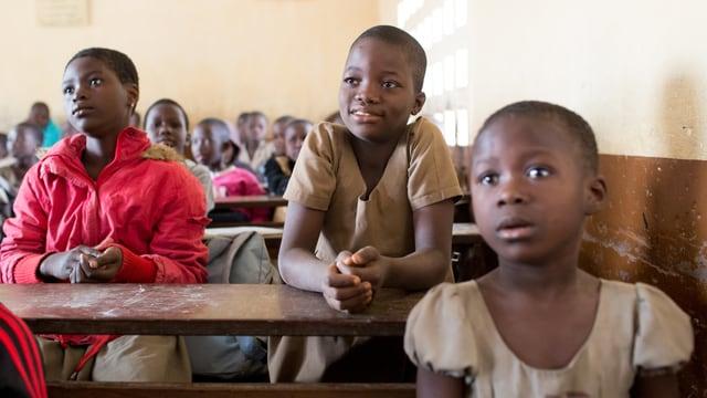Schülerinnen gehen in Burkina Faso in die Schule