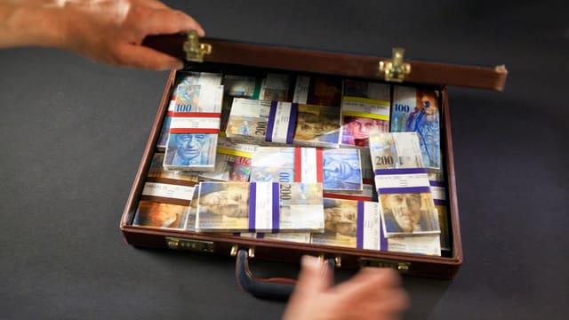 Symbolbild: Ein Koffer voller Geld.