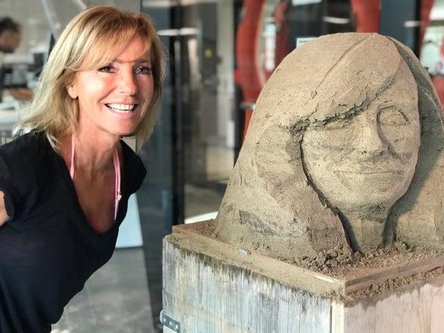 Gesicht Marietta neben Sandfigur