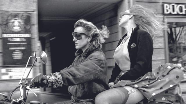 Irene Staub fährt zusammen mit einer Kollegin auf dem Töff.