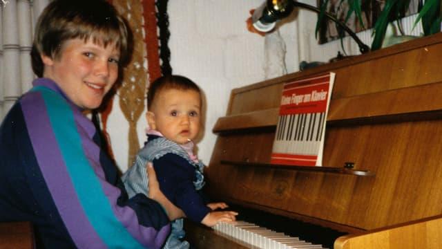 Stefan Siegenthaler mit seinem Cousin am Klavier.