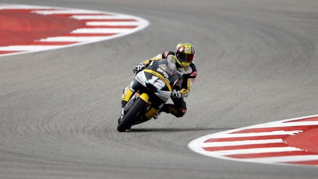 Tom Lüthi fährt auf seiner Moto2-Maschine durch eine rechts-links Kurve.