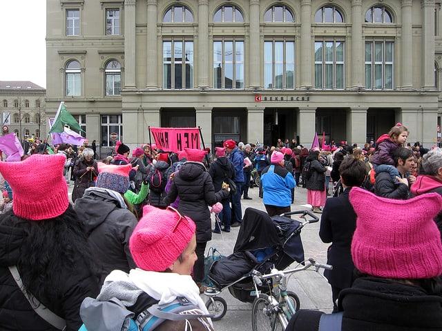 Frauen in rosa Strickmützen.