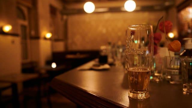 Bierglas auf einer Theke.
