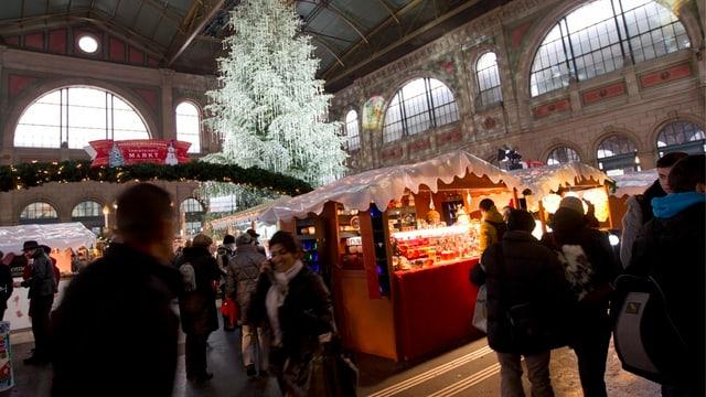 Weihnachtsmarkt in der Halle des Hauptbahnhofes Zürich.