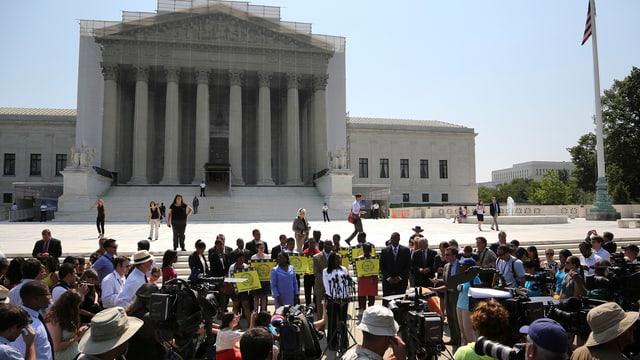 Demonstranten und Presse vor dem Gebäude des Supreme Court