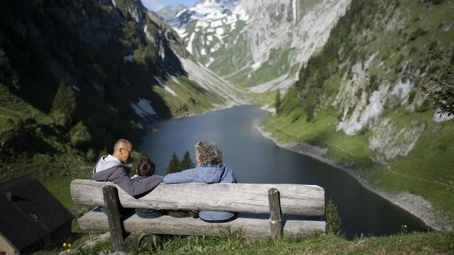 Ausflügler blicken auf den Fählensee im Alpstein