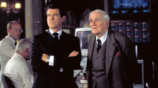 Filmszene: James Bond und Q nebeneinander in einem Labor