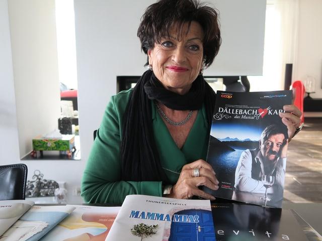 Elsbeth Jungi hält das Programmheft von Dällebach Kari in der Hand