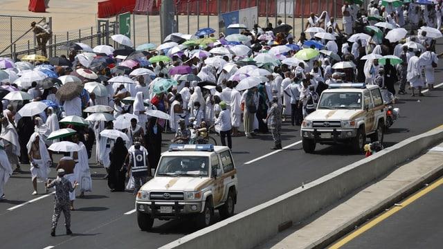 Autos da polizia sin ina via datiers da Mecca.