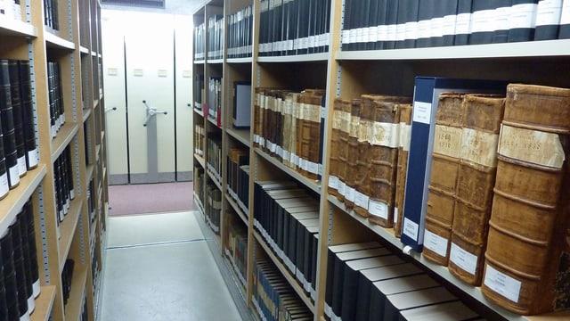 Buchregale voller alter vergilbter Bücher