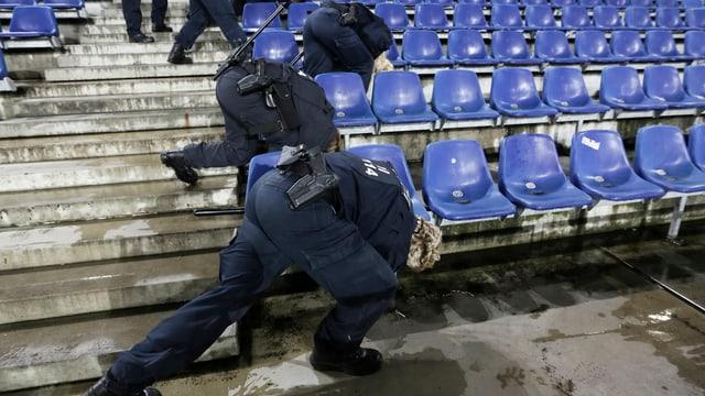 Die Polizei in Hannover sucht unter den Sitzen im Stadion.