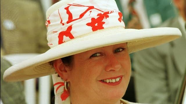 Porträt von Ruth Kalbermatten, auf dem sie einen grossen Hut trägt.