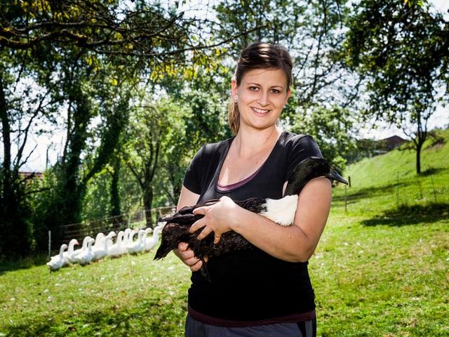 Christa mit einer Ente auf dem Arm.
