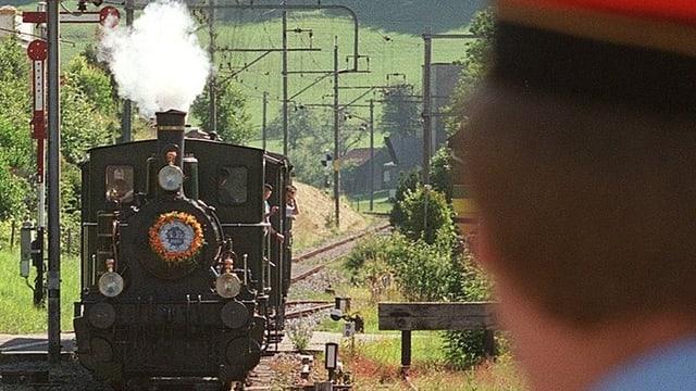 Ein Dampfzug tuckert durchs Zürcher Oberland.