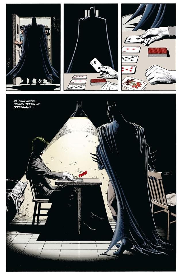 Seite aus einem Comicbuch: Eine Gestalt in schwarzem Umhang betritt einen Raum, in dem ein andere Person Karten spielt.