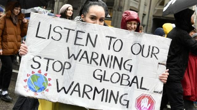 Ein Jugendliche fordert an einer Demonstration einen besseren Klimaschutz