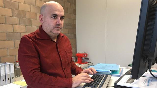 Mann arbeitet am Computer.