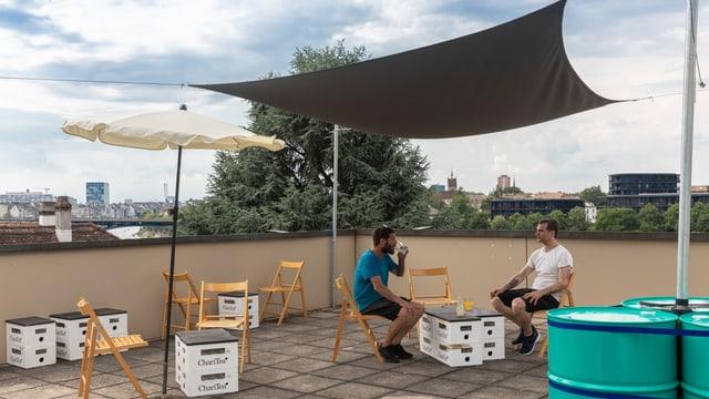 Zwei Männer auf einer Dachterrasse über Basel