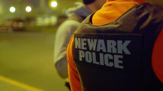 Polizist mit Anschrift auf Rücken «Newark Police»
