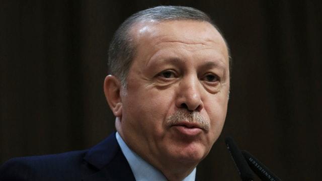 Erdogan spricht vor Publikum.