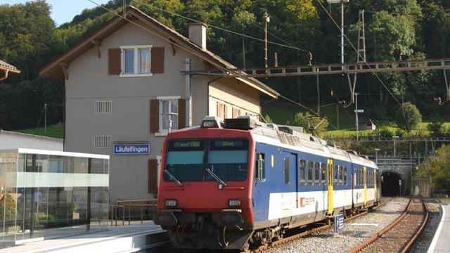 S-Bahn am Bahnhof Läufelfingen.