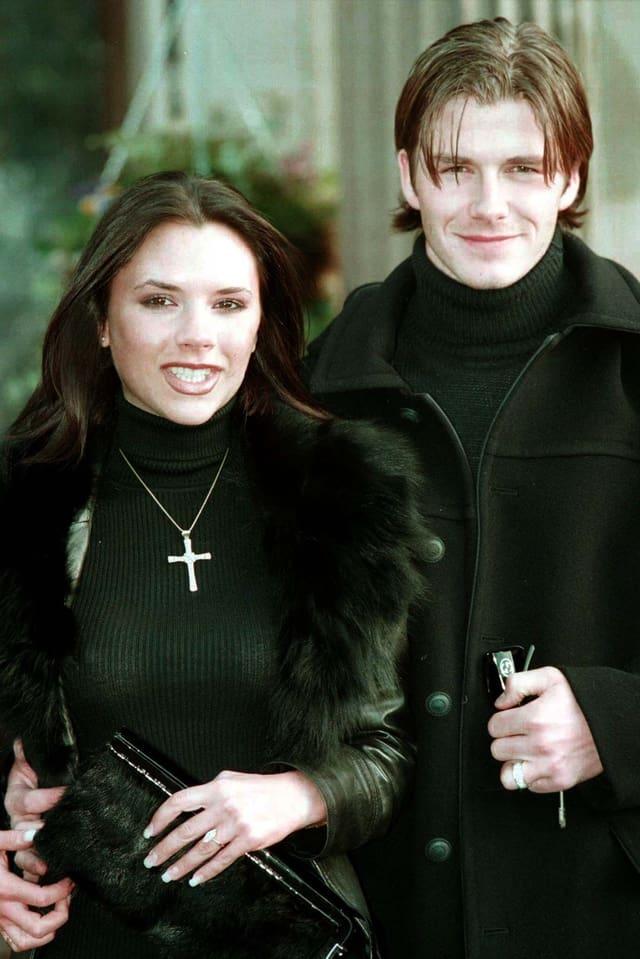 Victoria Adams und David Beckham geben 1998 ihre Verlobung bekannt.