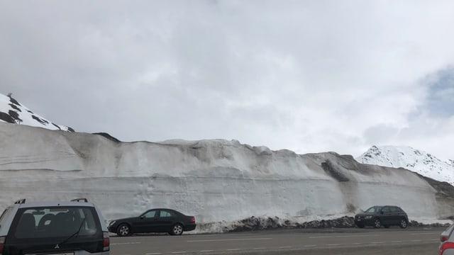 Riesige Schneewächten auf der Passhöhe am Oberalp.
