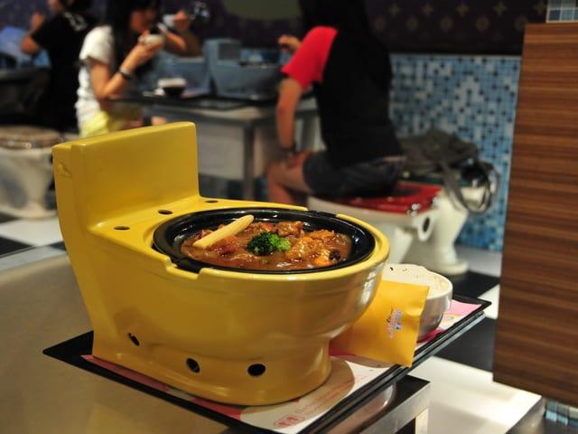 Diese Toilette ist auch ein Teller. Es gibt eine Restaurantkette, in welcher das ganze Restaurant auf Toiletten ausgerichtet ist: vom Stuhl bis zum Teller.