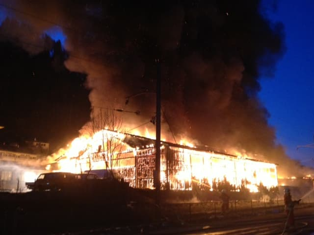 Lagerhalle in Vollbrand.