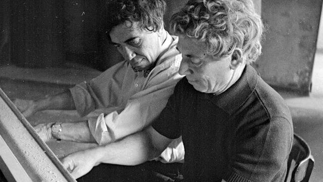 Auf dem Bild sind die zwei Brüder Chico und Harpo am Klavier spielen zu sehen.