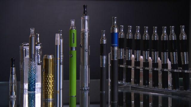 verschiedene E-Zigaretten nebeneinander aufgereiht.