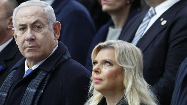 Benjamin Netanjahu und seine Frau sitzen an einer Veranstaltung im Publikum.