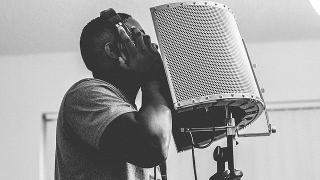 Sänger beim Aufnehmen seiner Stimme