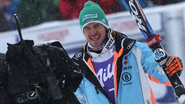 Felix Neureuther schaut in Kamera.