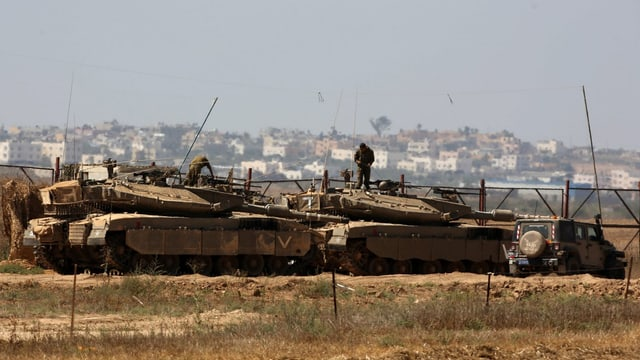 Panzer vor einer Stadt.