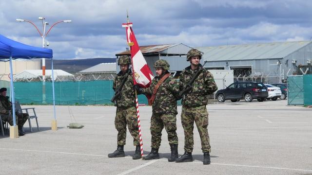 Soldaten mit Fahne auf Flughafen.