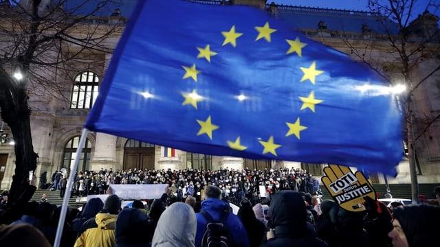 Demonstranten mit EU-Fahnen